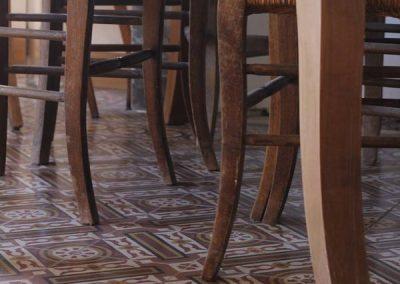 salon pieds de chaises